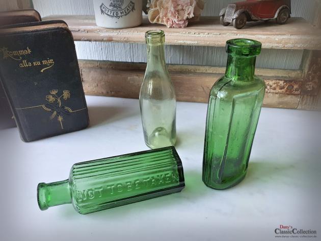 Konvolut mit 3 antiken Flaschen ~ grünes altes Glas ~ Vintage Väschen ~ Viktorianische Shabby Deko ~ hz6426bg
