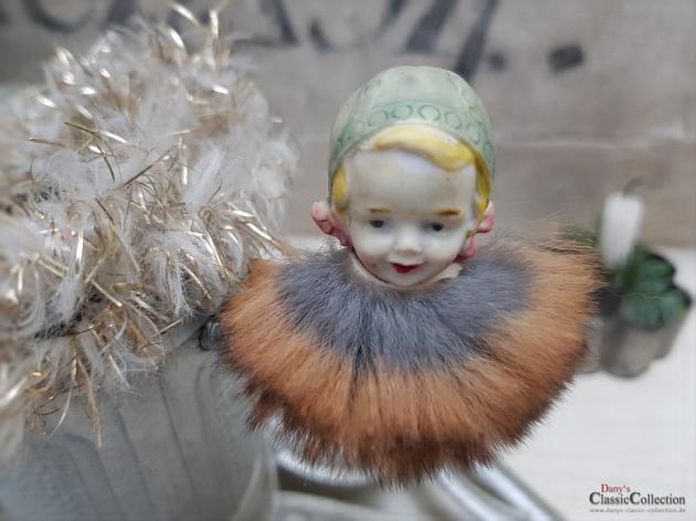 Porzellankopf auf Clip mit Pelzkragen ~ Mädchen mit Haube ~ Biskuitporzellan ~ Seltener deutscher Christbaumschmuck ~ hw3785
